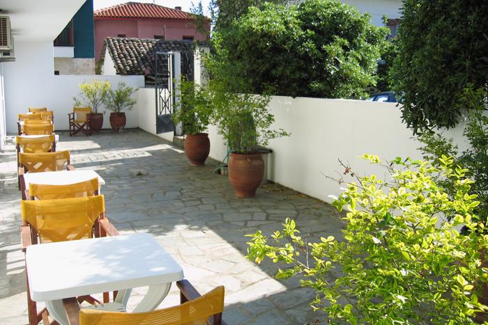 Дворик гостиницы Македония в Уранополисе